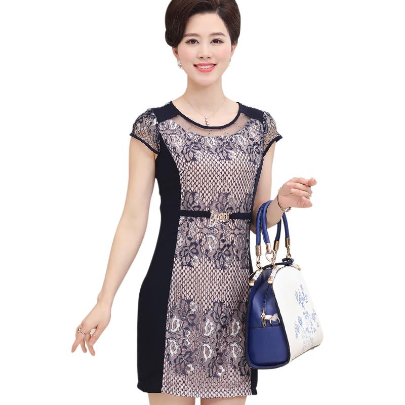 Phối hoa cũng là cách làm mới phong cách với đầm công sở dành cho người trung niên mà chị em không thể bỏ qua.