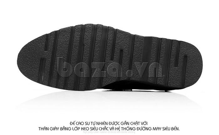 Đế giày cao su tự nhiên được gắn chặt với thân giày bằng lớp keo siêu chắc