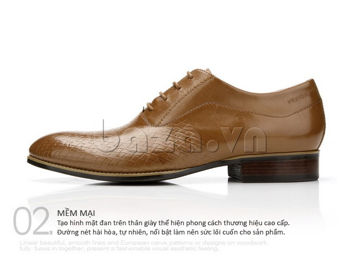 Tạo hình mặt đan trên thân giày mềm mại thể hiện phong cách thương hiệu cao cấp