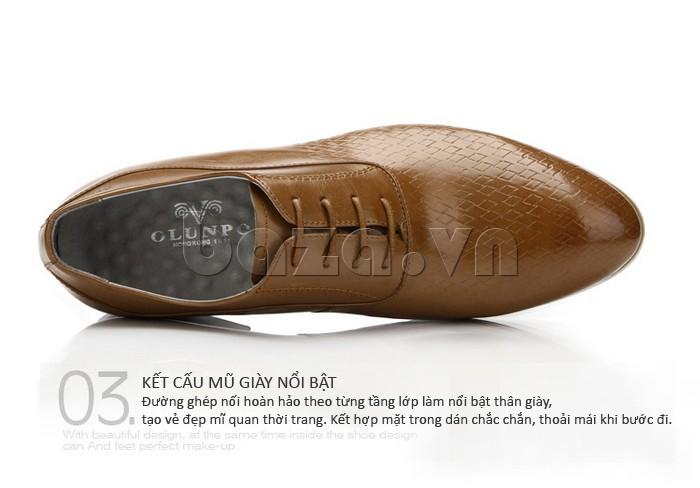 Đường ghép nối hoàn hảo theo từng tầng lớp làm nổi bật thân giày da