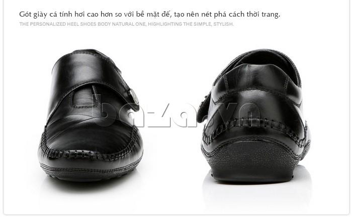 Gót giày cá tính hơi cao so với bề mặt đế, tạo nên nét phá cách thời trang