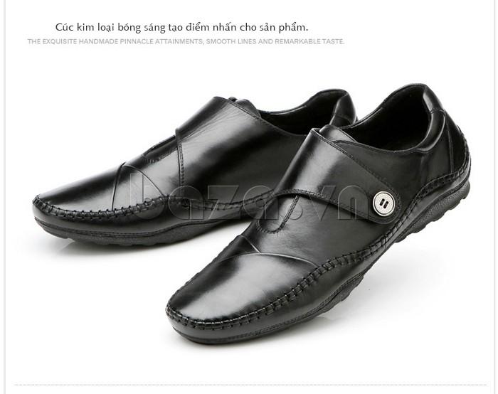 Cúc kim loại bóng sáng tạo nên điểm nhấn cho đôi giày
