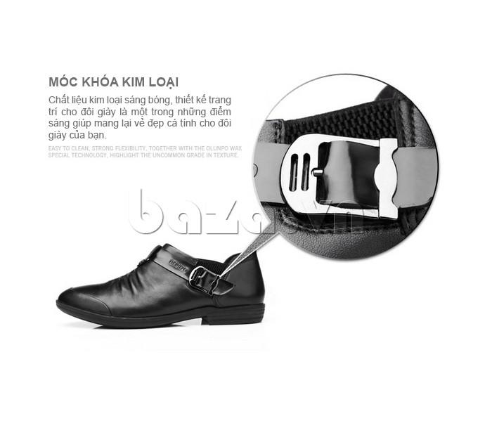 Móc khóa kim loại sáng bóng tạo nên điểm nhấn cho đôi giày da