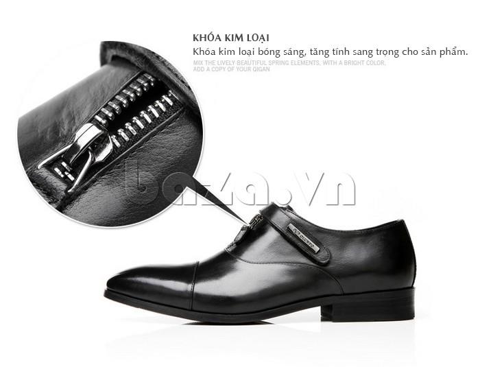 Khóa kim loại bóng sáng giúp giày sang trọng hơn
