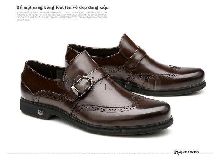 Bề mặt giày da nam bóng sáng, toát lên vẻ đẹp đẳng cáp
