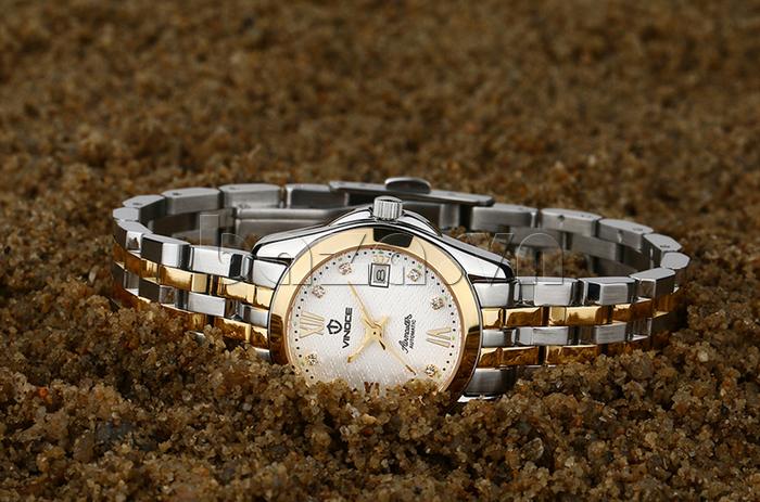 Mặt kính sapphire giúp đồng hồ chống trầy xước, luôn bóng sáng