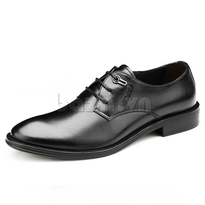 Logo thương hiệu của giày da Olumpo QYS1301 được in nổi tinh tế trên thân giày tạo sự lịch lãm