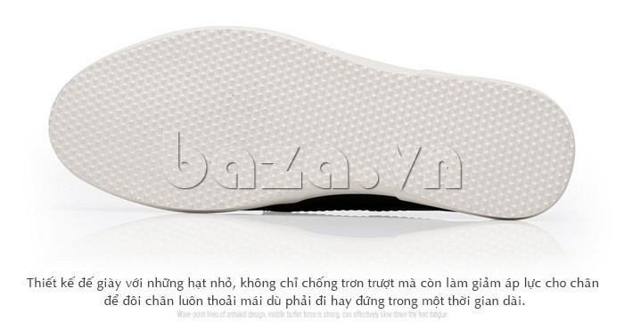 Đế giày được tạo những hạt nhỏ làm giảm áp lực cho đôi chân