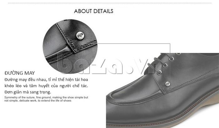 Các đường may trên đôi giày da đều nhau, thể hiện tài hoa và tâm huyết của người chế tác