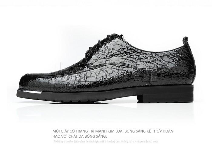 Mũi giày trang trí mảnh kim loại kết hợp hoàn hảo với chất da bóng sáng