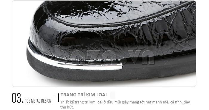 Thiết kế trang trí kim loại ở đầu mũi giày mang tới nét mạnh mẽ và cá tính